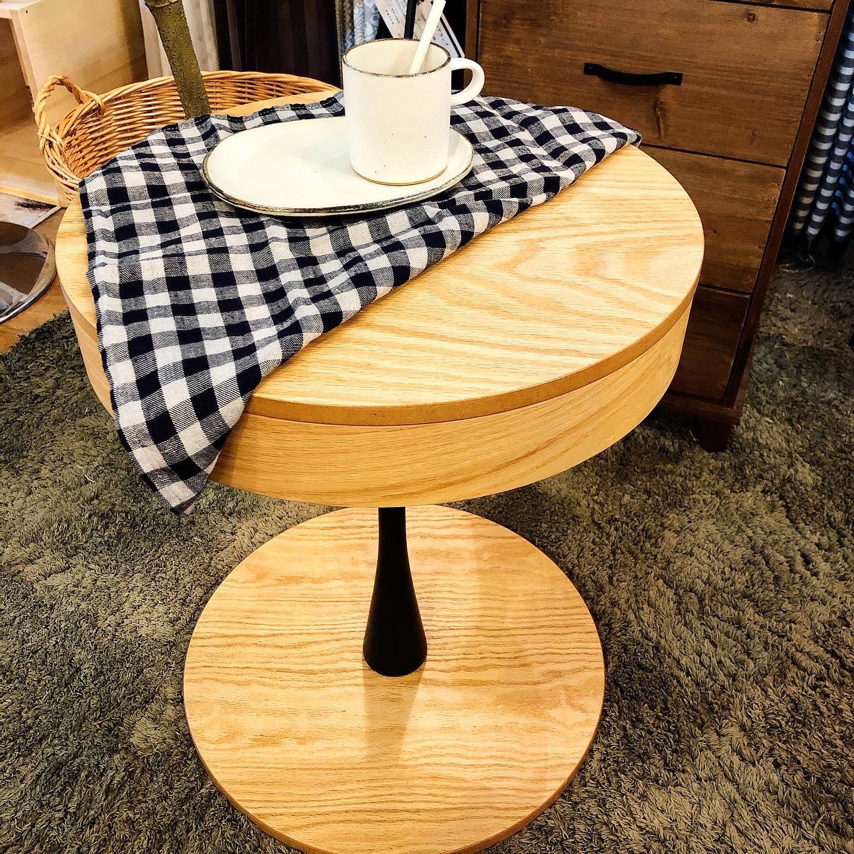 """..こんばんはMOCのレディーガガです🏼""""..いや、前回のpostがジョニーデップだったのでノッた方が良いかなと思い…笑..改めましてMOCのAiriです.レディーガガが好きなのは本当です🤣笑コンサートも行くぐらいファンです🏼笑...それはおいといて今回ご紹介するのはちょっと技アリサイドテーブル!!..一見普通のお洒落なサイドテーブル….で す が.テーブルの天板をずらすと中が収納になっています🕳🗝スワイプしてみてください→→→.天板はマグネットでくっ付いています🤖.ベッドサイドのテーブルにもソファサイドのテーブルにもちょうどいいサイズ感🏻.高さは約50cm程で、天板は40cm🕳.小ぶりで可愛いです️️..ごちゃごちゃしてて生活感が出てしまうものや見せたく無いものはこの中へポイっと収納!..メンテナンス品を中に入れて上に観葉植物を置いたりするのもオススメです🏼️...本日も最後まで見て頂きありがとうございました🏻♀️.....営業時間🌳open 10:00close 19:00定休日:火曜日(祝日は除く)...#MOCのある生活#mocfurniture#モックファニチャー#もっく#田辺市#tanabe#インテリアショップ#スタジオm#interior#interiorshop#インテリア#ナチュラルインテリア#wakayama#japan#丁寧な暮らし#インテリア好きな人と繋がりたい#暮らしを楽しむ#カフェ風インテリア#インダストリアル#新築#マイホーム#サイドテーブル#ミニマリスト#収納アイデア #ナチュラルな暮らし#ティータイム#家族の時間#一人暮らしインテリア#一人暮らし部屋#ベッドルーム"""