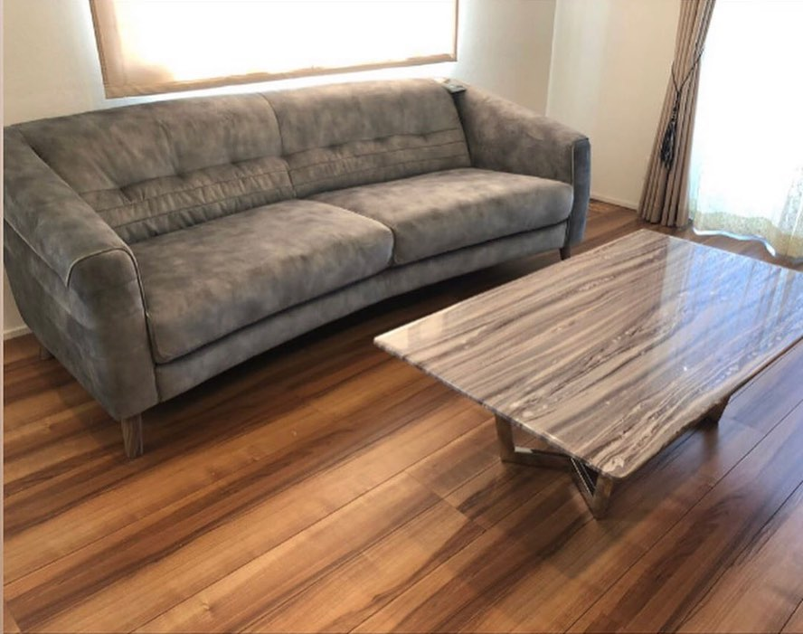 ..こんばんは♪MOCのAiriです️..本日はこちらの素敵なソファを素敵な納品写真と共にご紹介️️..@ouchan_lalachan_cat  様ご協力頂きありがとうございます..とても分かりやすくpostしてくれています🏻♀️.3人掛け(213cm)をご購入頂きました!とにかく大きく、ゆったりと座れます️.そしてお掃除ロボットもスイスイお掃除してくれるみたいです️...こちらのソファはMOC FURNITUREが自信を持ってオススメする商品の内の一つです🏻..VIOLINO社といえば…世界有数のソファ専門メーカーです。.この前のLIVE配信で社長が絶賛してたソファが実はこちらのメーカーの物です🤭..通常ソファメーカーはウレタンメーカーからウレタンを仕入れ製造していますがVIOLINO社は自社でウレタン工場を持ち製造も自社で行っている為良質なウレタンをソファーに組み込むことができます.良質なウレタンを使用する事により耐久性に優れ、へたりが起きにくくなります🏻..皆様が気にされるへたりとは....ウレタンの中にある気泡が潰れることにより起きる現象です.ウレタンの密度が低いほどこの気泡が大きくなります....へたりにくい、へたりやすいの違いは中のウレタンの密度によるものでしたっ(豆知識)..それにしてもこのソファほんっっとに座面が広くてゆったり座れるんです!!.お店の展示は2.5人掛けですが私がまっすぐ寝てもまだ余る!!!🤣🤣爆笑(画像7枚目参照。笑).あぐらもかけるぐらい広いので家族でゆったり過ごすもよし。一人で贅沢に寛ぐもよし。(一人掛け〜3人掛け、オットマン有)..そして6枚目にswipeして下さい。選べる生地の多さにびっくりです…!!️.お家のインテリアに合わせてお好きな生地を選んで下さい️..完全受注生産、人気商品につき物によっては半年待ちです待った分喜びが倍増ですね…!!🥺..長くなりましたが本日も最後まで見ていただきありがとうございました🏻♀️...営業時間🌳open 10:00close 19:00定休日:火曜日(祝日は除く)..塩路家具本店☞ @livins.shioji ペット用品の店ぶひぶひ☞ @buhibuhi.pet 田辺店 MOC FURNITURE☞ @moc.2010 ..#MOCのある生活#mocfurniture#モックファニチャー#もっく#田辺市#tanabe#インテリアショップ#塩路家具#interior#インテリア#ナチュラルインテリア#丁寧な暮らし#インテリア好きな人と繋がりたい#暮らしを楽しむ#新築#マイホーム#写真好き#二人暮らし#家族の時間#一人暮らしインテリア#モノトーンインテリア#北欧インテリア#きれいめスタイル #VIOLINO#ソファ#受注生産